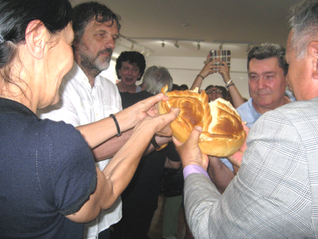 Emir and Maja Kusturica with Dimitrije Vujadinović, break the Slavic bread